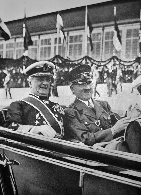 La Maréchal Horty et Adolf Hitler en 1938. La Hongrie était un pays allié de l'Allemagne nazi et menait une politique autoritaire, militariste et antisémite proche.
