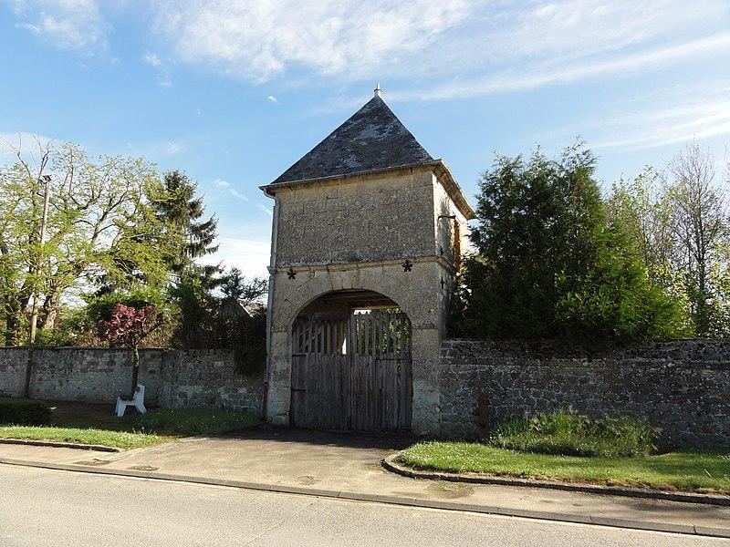 Monceau-le-Waast (Aisne) porche de ferme, ancienne poste de commandement des allemands