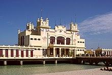 Lo stabilimento balneare costruito a palafitta sul mare
