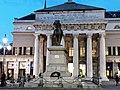 Monumento a Giuseppe Garibaldi con alle spalle Teatro Carlo Felice.jpg