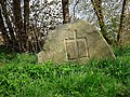 Niedersachsen, Klein-Leversen, Am Mergelberg, Vorderansicht des Wanderblockteilstücks mit Wappen der Herren von Heimbruch, Naturdenkmal ND WL 00019.jpg