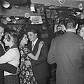 Nozems en modernisten vieren op hun manier Kerstmis in de Montevideo, Bestanddeelnr 911-9097.jpg