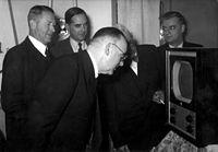 Op 2 oktober 1951 vindt in café De Roozeboom in Bussum de eerste televisie uitzending plaats. De uitzending wordt gevolg - SFA001021458.jpg