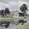 Overzicht van de voorgevel en linker zijgevel van boerderij, vanaf de overzijde van het water - Molenaarsgraaf - 20383248 - RCE.jpg