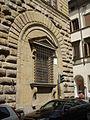 Palazzo medici riccardi, finestra inginocchiata.JPG