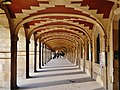 Paris Place des Vosges Arkaden 2.jpg