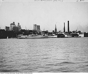 Passenger steamers moored in Toronto, 1920 -a.jpg