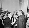 Patron Jean Dessès feliciteert Mademoiselle Colette, de winnares van de mooiste , Bestanddeelnr 254-0165.jpg