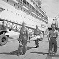 Per brancard aan boord van het MS Oranje brengen van een gewonde ter repatriërin, Bestanddeelnr 255-6768.jpg