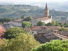 Il complesso religioso di Santa Giuliana a ridosso del campo.