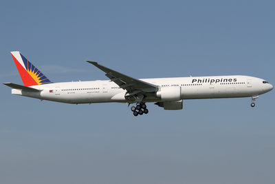 RP-C7776, a 777-36N(ER) on approach to London's Heathrow Airport in 2014. Philippine Airlines Boeing 777-300ER RP-C7776 LHR 2014-03-29.png