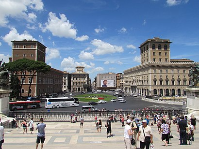 Come arrivare a Piazza Venezia con i mezzi pubblici - Informazioni sul luogo