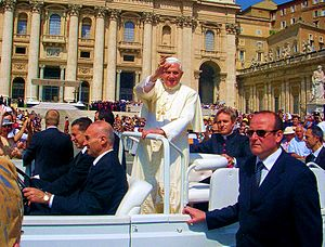 English: Pope Benedict XVI in St. Peter's Squa...