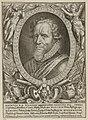 Portret van Maurits, prins van Oranje, in een ovaal van eikenbladen. Links en rechts blazende engelen. Rondom ligt een aantal allegorische objecten. In de ondermarge vijf regels Latijnse tek, NL-HlmNHA 1477 53010819.JPG