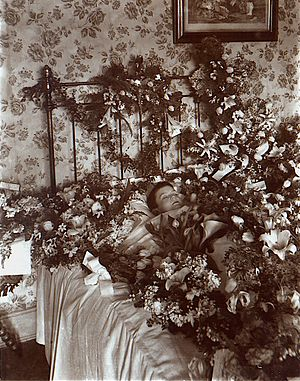 Post-mortem photography - Image: Post mortem photograph of young child with flowers