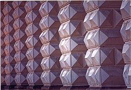 Des bossages en forme de diamants.