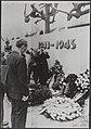 Prins Bernhard staat bij het monument na de kranslegging, Bestanddeelnr 016-0748.jpg
