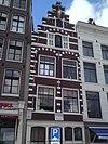 foto van Pand met trapgevel, versierd met kleine blokjes en voorzien van een gevelsteen