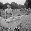 Prinses Beatrix met prinses Christina in een kinderwagen in het park van het pal, Bestanddeelnr 255-7525.jpg
