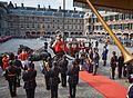 Prinsjesdag 2014 - Prins Constantijn en prinses Laurentien nijgen naar het vaandel.jpg