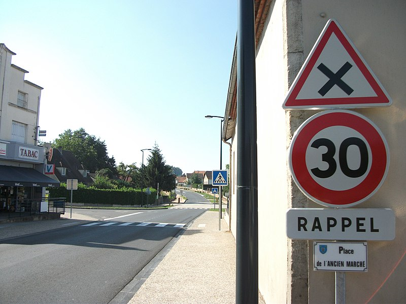 Intersection with right priority + maxspeed 30 km/h (reminder) on route nationale 209 in Billy towards Vichy [8586]