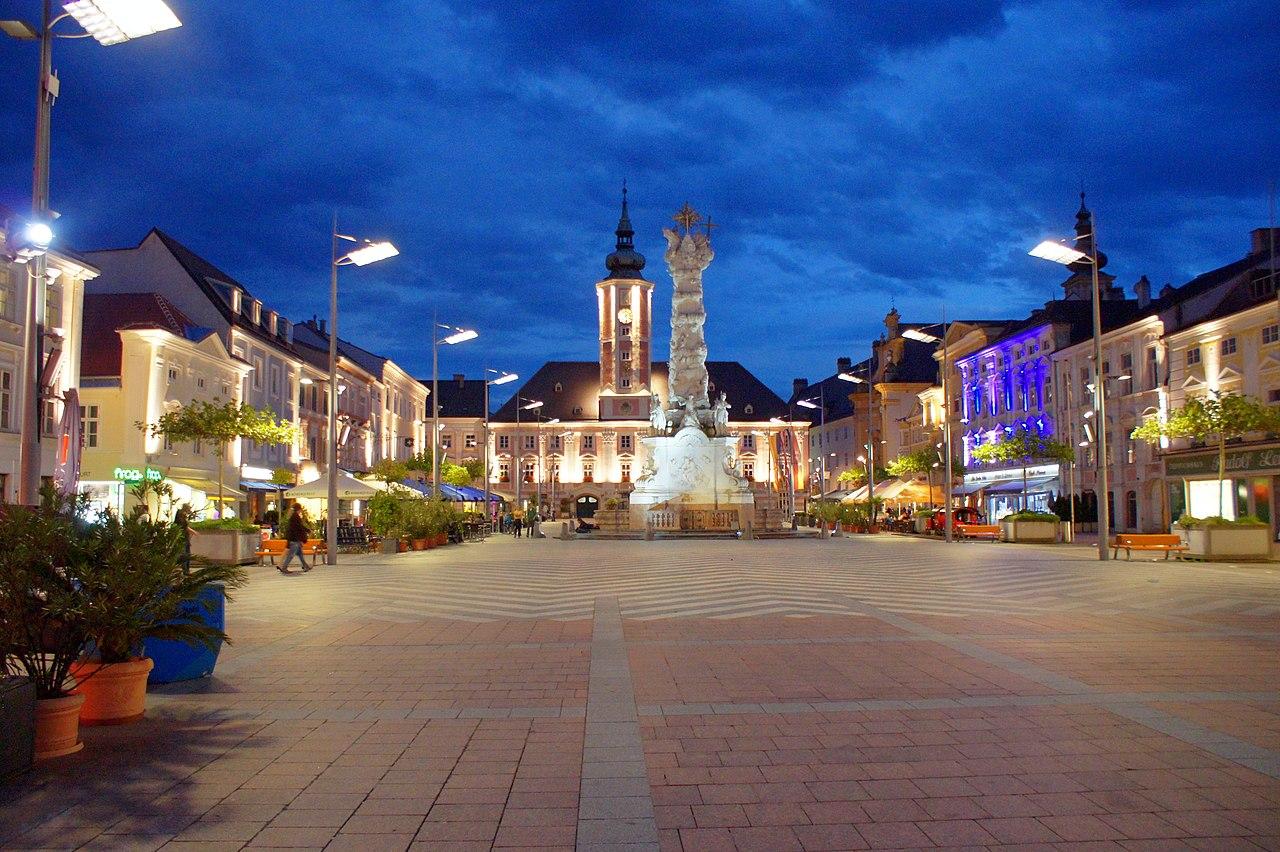 Rathausplatz bei Nacht 01.JPG