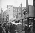 Regen in Sinterklaastijd, Zwarte Pieten aan gevel V&D, Bestanddeelnr 911-7764.jpg