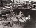 Russischer Photograph um 1900 - Löschen eines Schlepperkahns. St. Petersburg (Zeno Fotografie).jpg