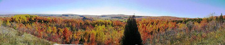 Vue panoramique du Parc provincial des Falaises Mono en Ontario.