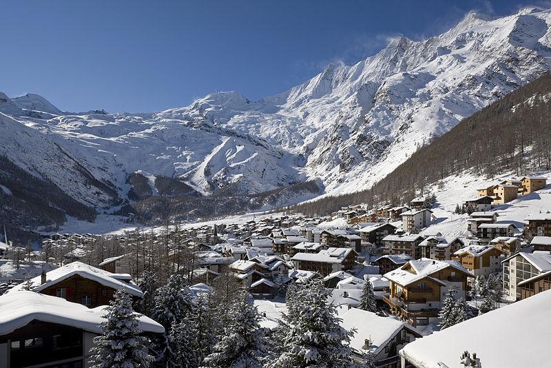 Cidade com neve na Suíça