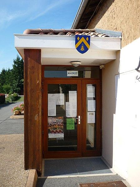 Entrée de la mairie de Saint-Cyr-le-Châtoux, dans le département du Rhône. Le blason de la commune apparait à l'entrée.