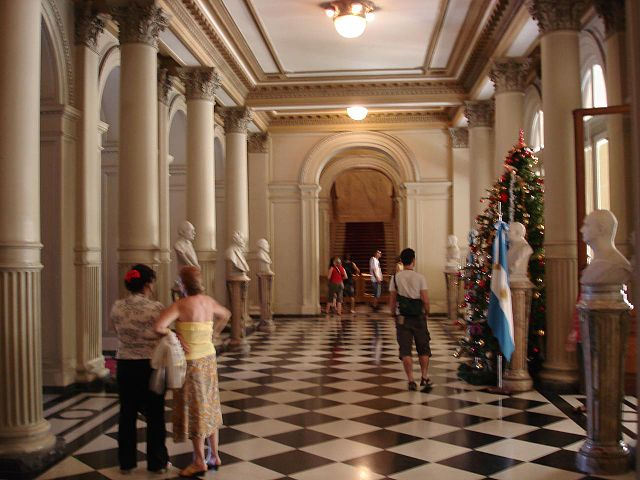 https://upload.wikimedia.org/wikipedia/commons/thumb/3/30/Sal%C3%B3n_de_los_bustos%2C_Casa_Rosada.jpg/640px-Sal%C3%B3n_de_los_bustos%2C_Casa_Rosada.jpg