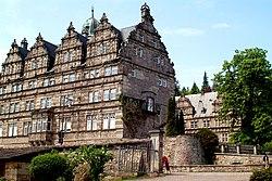 Schloss Hämelschenburg gesehen von der Einfahrt der ehemaligen Gutsanlagen II.jpg