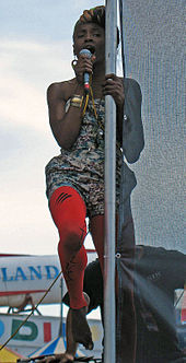 Colour photograph of Singai Shoniwa singing live in 2007.