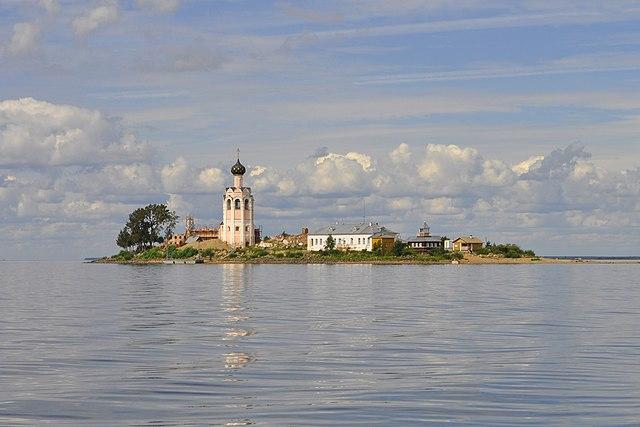 https://upload.wikimedia.org/wikipedia/commons/thumb/3/30/Spaso-Kamenny_Monastery_2013.jpg/640px-Spaso-Kamenny_Monastery_2013.jpg