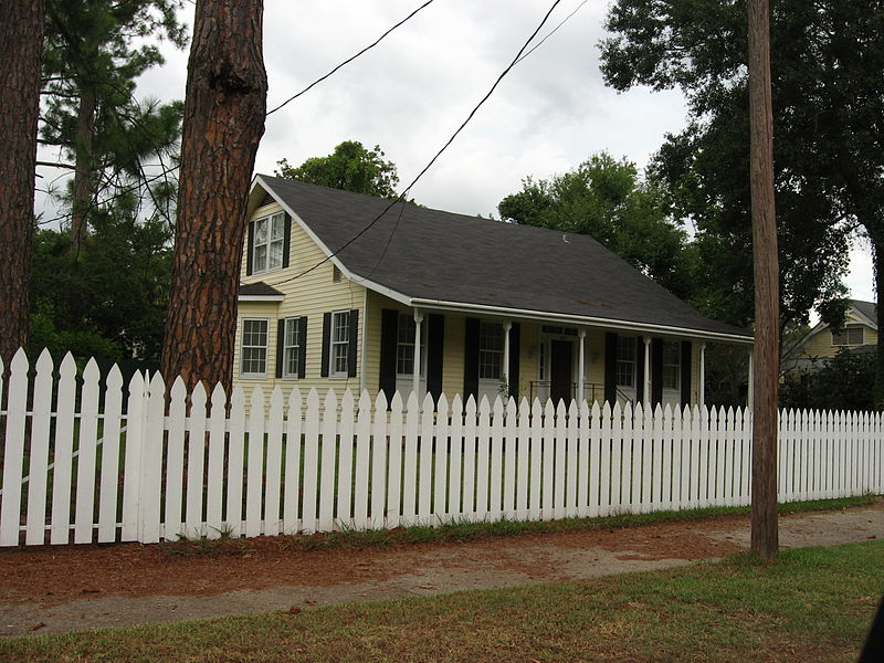 File:St. Francisville, Louisiana Yellow House White Picket Fence.jpg