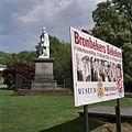 """Standbeeld Willem II, linkerzijaanzicht met bord over tentoonstelling """"Museum Bronbeek 140 jaar"""" - Arnhem - 20362374 - RCE.jpg"""