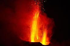 Stromboli. Eruptions of volcanic bombs1.jpg