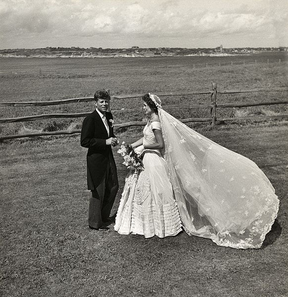File:Toni Frissell, John F. Kennedy and Jacqueline Bouvier on their wedding day, 1953.jpg