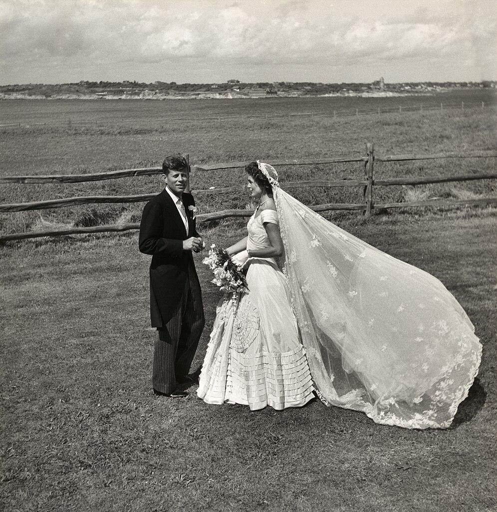 ジョン・F・ケネディとジャクリーン・ブービエの結婚式 1953年9月12日 於 ニューポート Wikipediaより