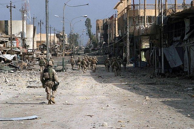 Quelle: http://commons.wikimedia.org/wiki/File:US_Navy_041114-M-8205V-005_Iraqi_Special_Forces_Soldiers_assigned_to_the_1st_Marines,_patrol_south_clearing_every_house_on_their_way_through_Fallujah,_Iraq,_during_Operation_Al_Fajr_(New_Dawn).jpg