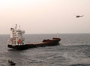UH1N Twin Huey-helikoptero disponigas kovron kiel marsoldatoj estraro la MV Magellan Stelo dum estraro kaj forkapto.