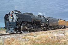 La locomotiva Union Pacific 844 in testa a un treno storico presso Marathon (Texas) il 10 maggio 2006. Dopo il tender originale della locomotiva è visibile, verniciato in giallo e nero, un tender serbatoio ausiliario, in questo caso per il trasporto della nafta per l'alimentazione della locomotiva.