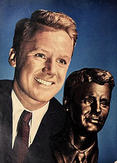 Van Johnson with a bust of himself, 1946.jpg