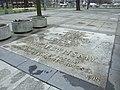 Varšava, Śródmieście, park Ogród Saski, pamětní deska obětí druhé světové války.JPG