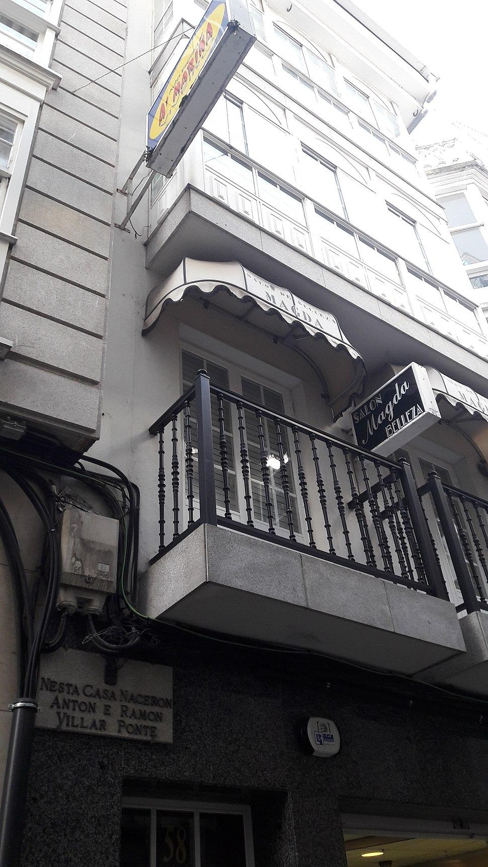 Placa na casa natal de Antón e Ramón Villar Ponte en Viveiro.