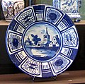 WLANL - Ritanila - IMG 2585 Vitrine Majolica en Delfts aardewerk.jpg