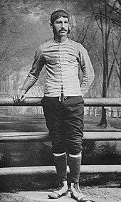 Walter Camp de pie junto a la barandilla de un puente