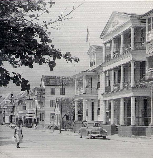 चित्र:Water-front houses in Paramaribo, 1955.jpg