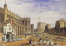 Peinture montrant une chapelle en pierre à gauche avec une entrée en bois devant laquelle paradent des personnes vêtues de blanc. Plusieurs soldats en uniforme rouge se trouvent au centre de l'image sur un terrain gazonné. À droite des murs en partie recouverts de végétation mènent à une tour circulaire à l'arrière-plan.